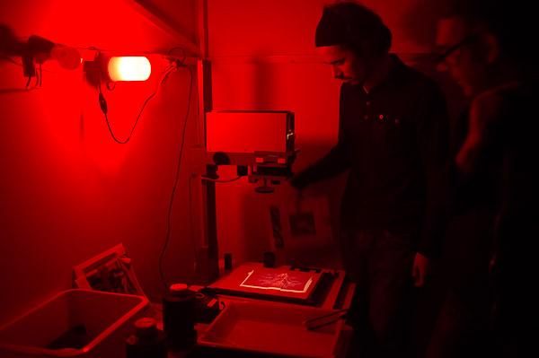 Sala revelado fotográfico con luz roja