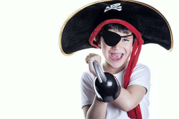 Niño pirata con parche