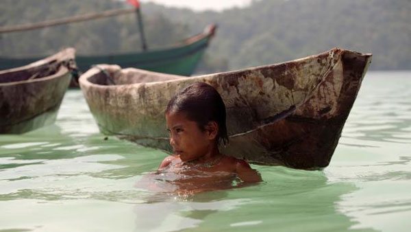 Niño Moken en barca
